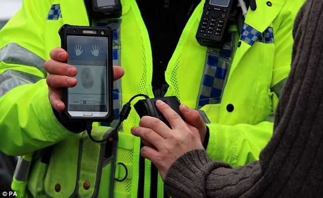 英警方试用移动指纹传感器:1分钟内可辨别罪犯