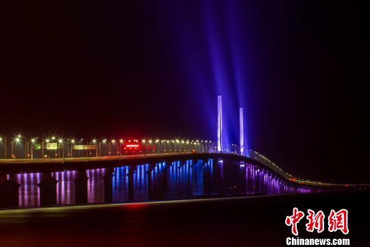 """港珠澳大桥管理局13日回应港珠澳大桥将采取""""三地三检""""通关模式。图为港珠澳大桥主体工程全线亮灯的灯光夜景。 陆绍龙 摄"""