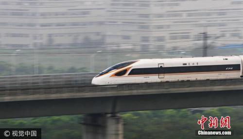 """图为""""复兴号""""动车组列车以时速350公里高速经过江苏省常州市。 图片来源:视觉中国"""