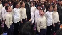 """小学生合唱卖力到翻白眼 表情如""""戏精""""碾压众人"""