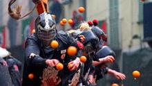 """意大利小镇举行""""橘子大战"""",500吨橘子漫天飞舞"""