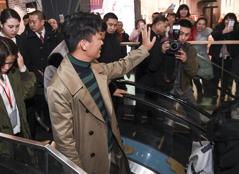 王宝强离婚案判决后首秀 人气爆棚