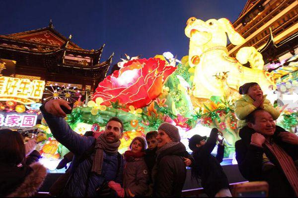 春节将至,中外游客豫园赏灯