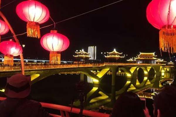 """福建漳州""""飘带""""天桥挂满灯笼迎新春"""
