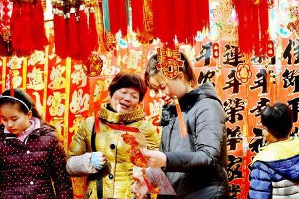 新春将至 江西德兴乡村年货市场红火