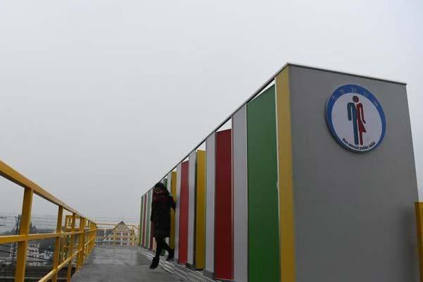 """重庆天桥建露天公厕 网友称是""""空中厕所"""""""