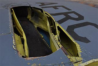 美军B-52战略轰炸机遭雷劈!破大洞情况严重