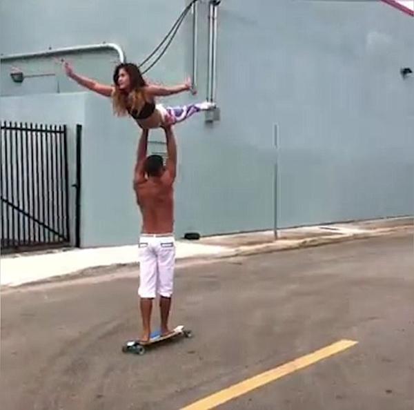美情侣练双人瑜伽 托举玩滑板动作炫酷引热捧