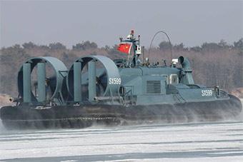陆军边防部队气垫船罕见亮相 冰河上行走自如