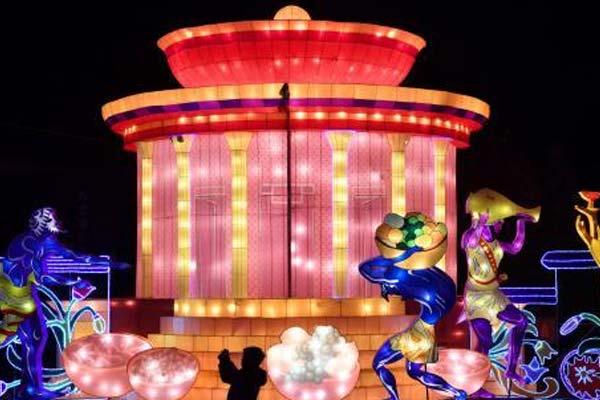 成都金沙太阳节开幕 庞贝古城主题灯组吸引眼球