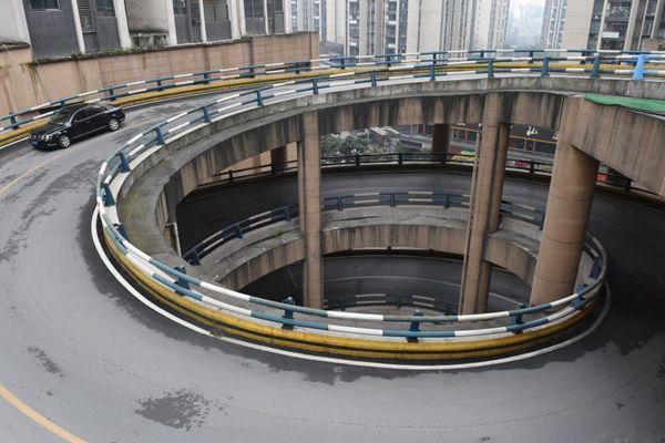 """重庆现1440度魔幻""""旋转""""公路 市民驾车体验"""