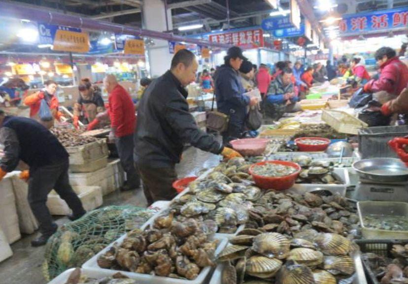 涉黑夫妻团伙暴力垄断海鲜市场:打不死人就全负责
