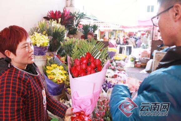 情人节撞上春节鲜花贵出新高度 一束红玫瑰要卖120元