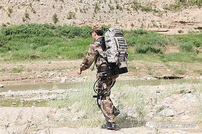 """国产""""穿戴式外骨骼助力机器人""""发布 似钢铁战衣"""