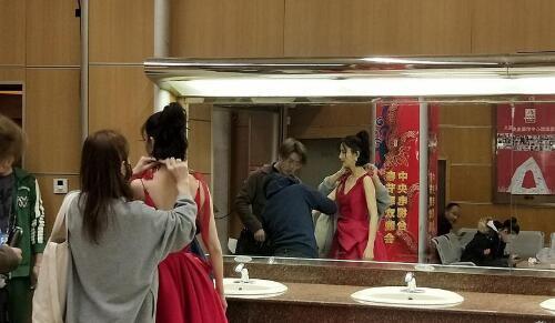 2018央视春晚彩排:佟丽娅红裙 李易峰江疏影合唱