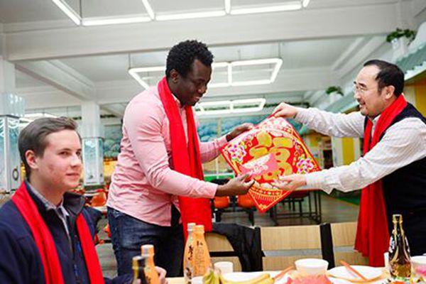 """""""洋学生""""包饺子、收压岁钱过中国年"""