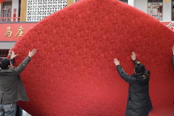 徐州马庄挂起17米高巨型香包迎新春