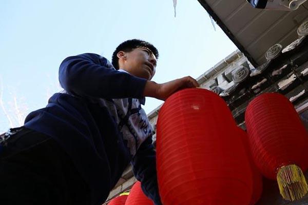 """天南地北欢乐""""中国年""""——新华社记者除夕走笔"""