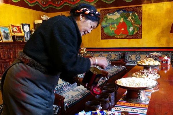 """西藏藏家团圆共吃""""古突""""过新年"""