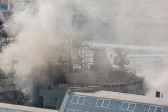 俄海军太平洋舰队一艘战舰着火