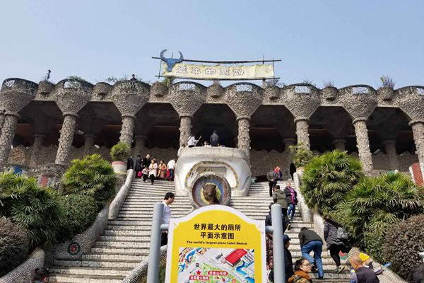 """春节探访重庆""""世界最牛厕所"""":没窗户 外观像欧洲城堡"""