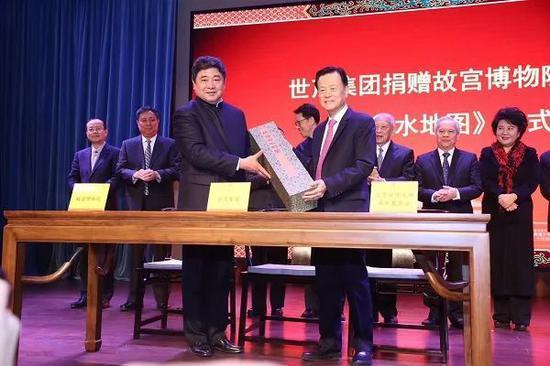 故宫博物院院长单霁翔向许荣茂先生颁发捐赠证书