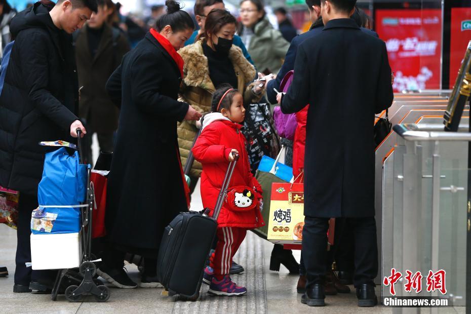 北京南站的除夕归家人