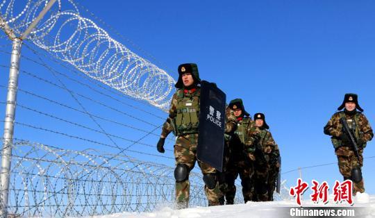 新疆北部边防官兵这样过新年:包饺子演小品