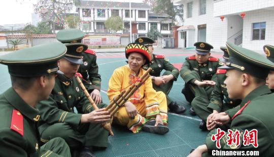 武警贵州总队同少数民族同胞开展军民迎春活动