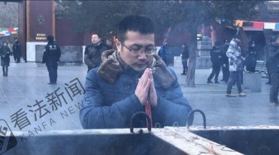 男子雍和宫外彻夜排队12小时 抢新年头柱香