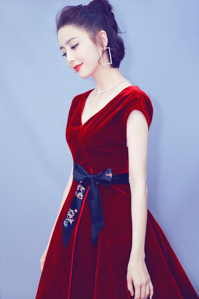 佟丽娅携手陈晓献唱春晚 穿红裙美艳动人