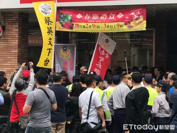 蔡英文赴台南派发红包 抗议如影随形被迫提早从后门离开