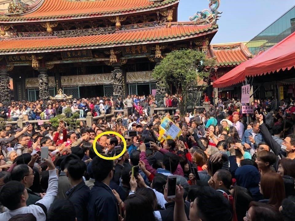 马英九春节宫庙拜年人气超旺