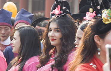 27国留学生大年初一身着中国传统服饰感受中国年