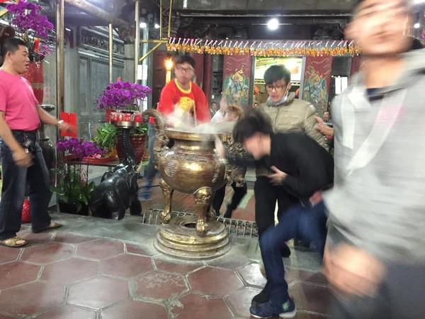 台湾民众除夕夜抢头香:场面混乱 撞断200公斤香炉