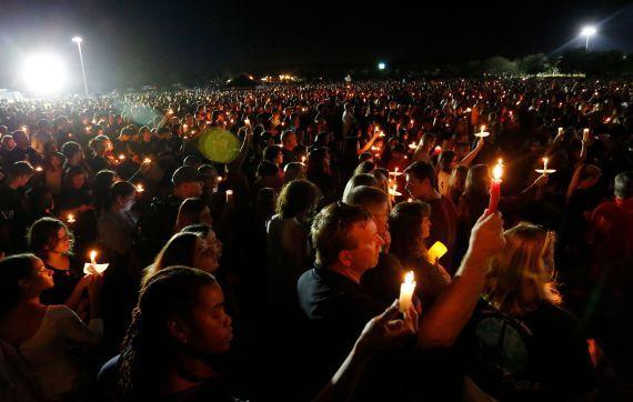 """""""不再要枪""""的呐喊 穿越美国佛州帕克兰市上空"""