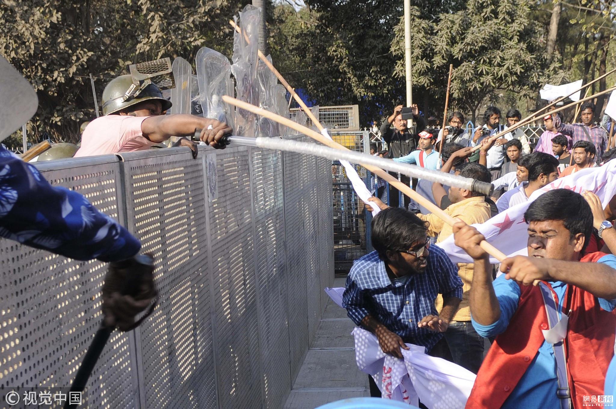 """印度学生要求学生会选举制 与警察""""互怼"""""""
