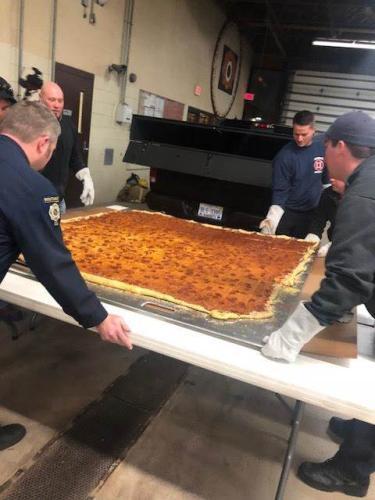 长宽各1.8米,馅料丰富!超大披萨有望破纪录(图)