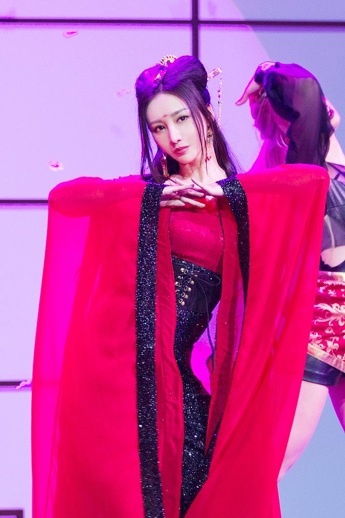 柳岩变身性感古装歌姬跳贺年热舞