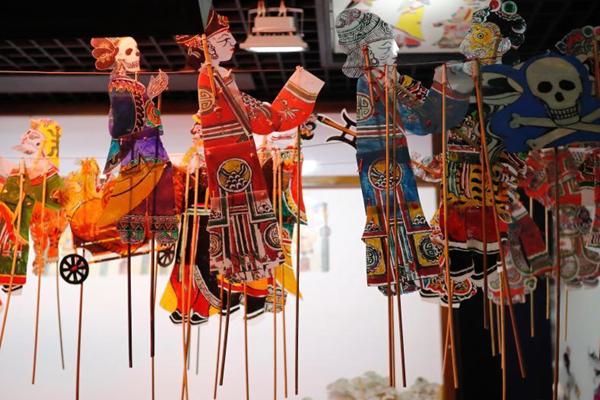狗年春节年味浓 看皮影戏感受传统文化