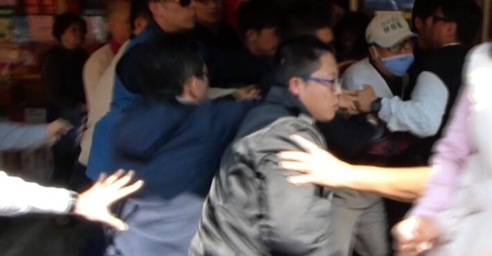 """蔡英文彰化南瑶宫发红包 5分钟内接连遭两男子高喊""""下台"""""""