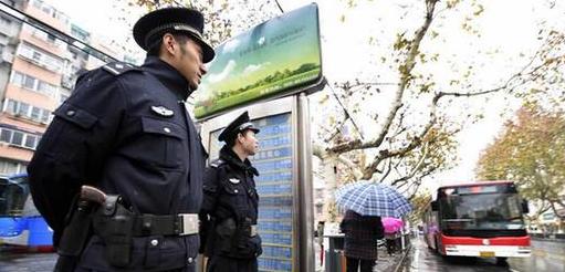 香港六个彩开奖结果江苏淮安民警大年三十抓获逃犯,与持刀逃犯搏斗受伤