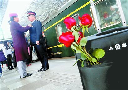 """铁路夫妻""""8天见一面"""" 他们的团圆掐着指头计算"""