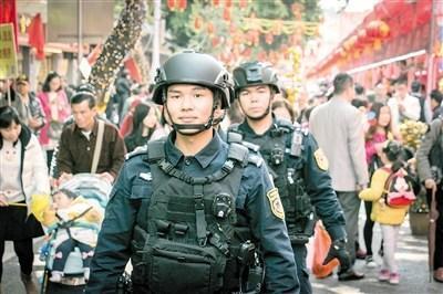 """""""羊城突击队""""守护春节:帅气特警巡逻 市民拍照留影"""