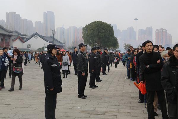 武汉归元寺初一进游客27万 民警用身体引导人流