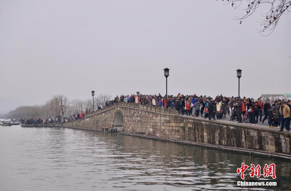 """杭州西湖景区游客爆满 断桥成""""人桥"""""""