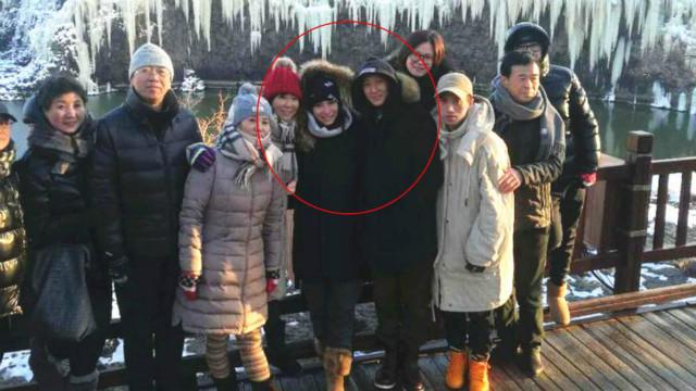 韩庚带女友卢靖姗回老家 与众人滑冰合影显亲密