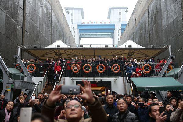 """湖北宜昌:大年初三游客三峡""""朝圣"""""""