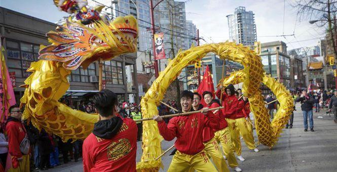 温哥华举行第45届春节大游行