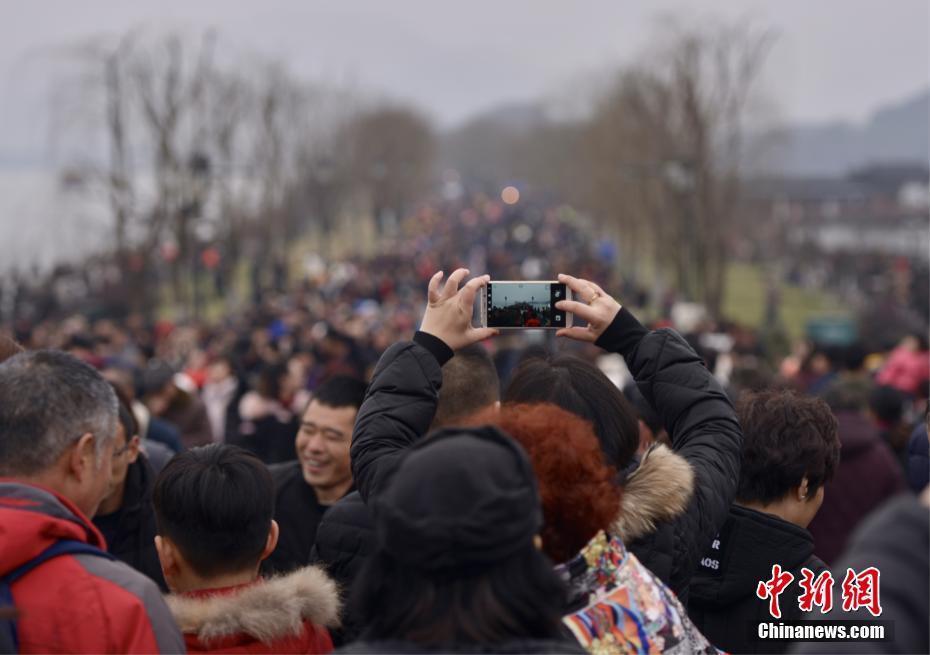 """正月初三杭州西湖景区游客爆满 断桥成""""人桥"""""""